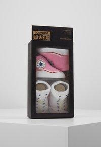 Converse - BOOTIES BABY 2 PACK - Strumpor - pink/white - 3