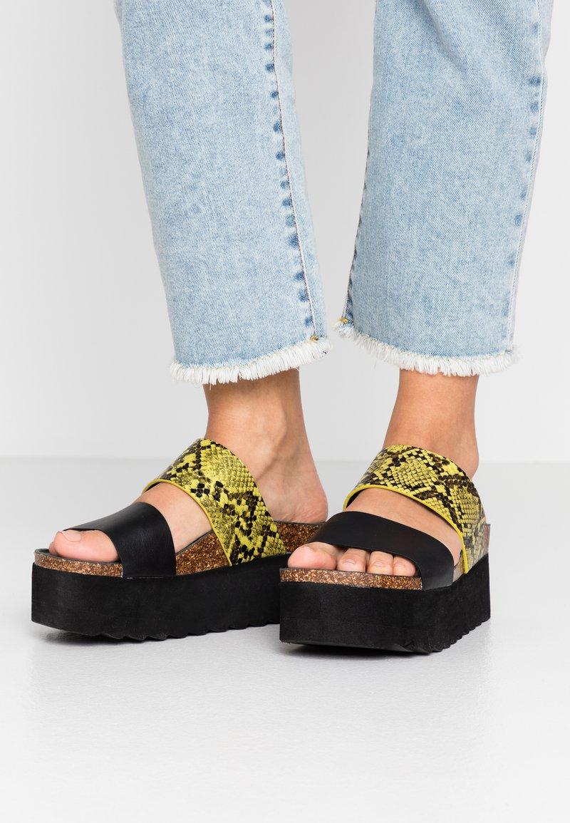 Colors of California - Pantofle na podpatku - yellow