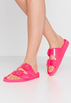 Sandały kąpielowe - fuxia