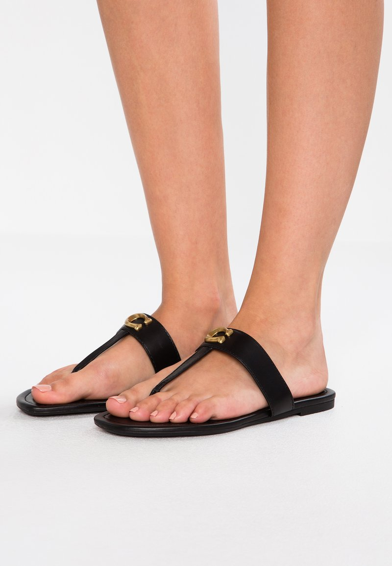 Coach - JESSIE THONG WITH SIGNATURE BUCKLE - T-bar sandals - black