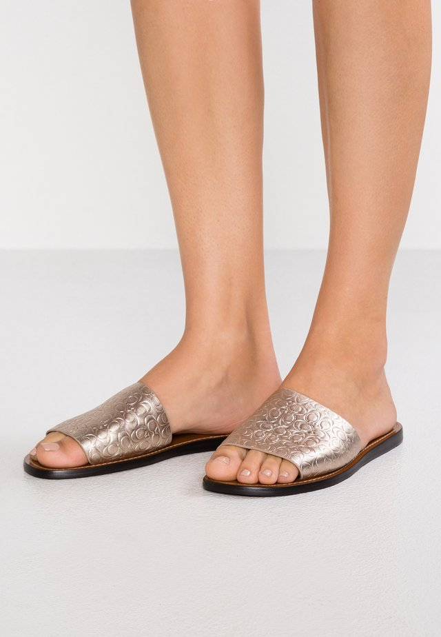SLIDE WITH RIVETS - Pantolette flach - champagne