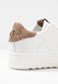 Coach - TOP WITH SIGNATURE - Tenisky - white/tan - 2
