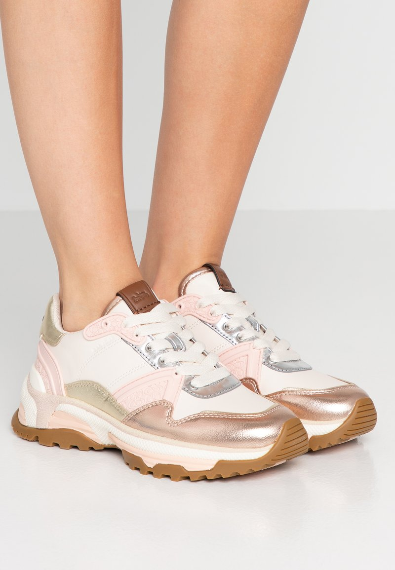 Coach - RUNNER METALLIC  - Sneakers - rose gold/chalk