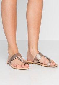 Coach - JAIMEE C CHAIN METALLIC  - T-bar sandals - platinum - 0