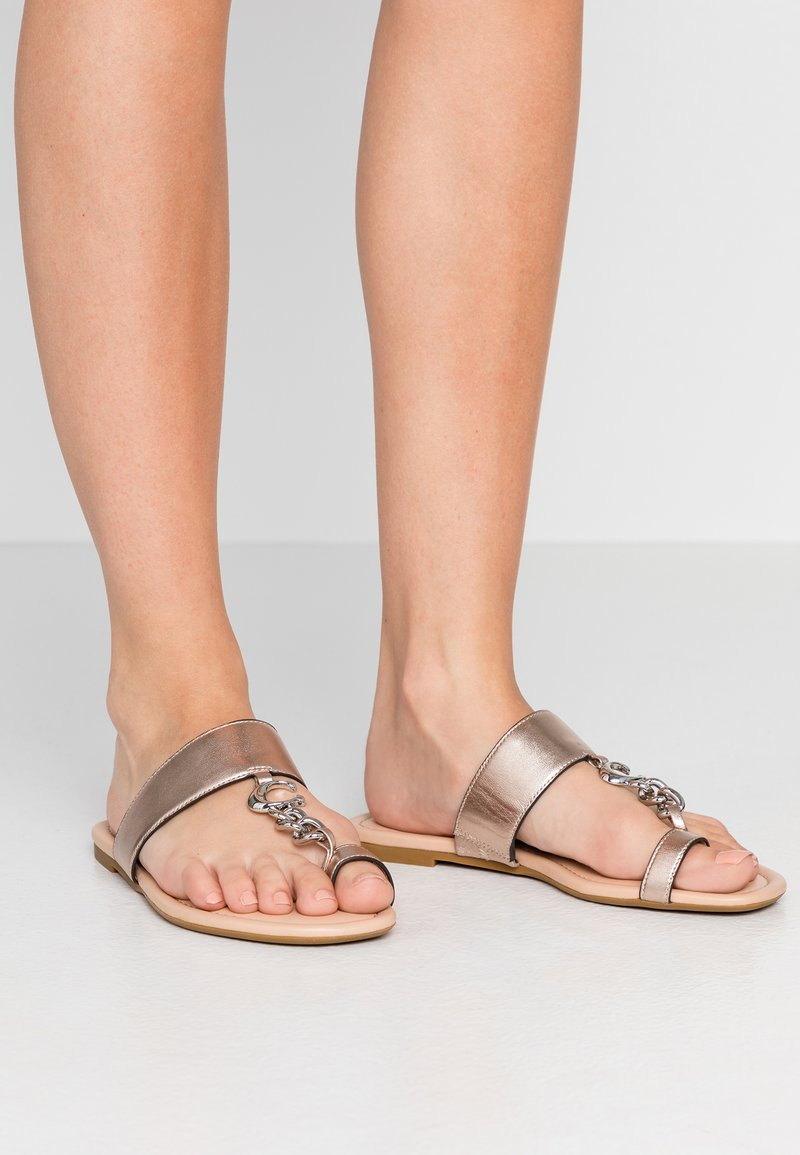 Coach - JAIMEE C CHAIN METALLIC  - T-bar sandals - platinum
