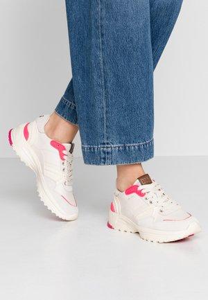 RUNNER FLUO - Sneakersy niskie - chalk/fluo pink