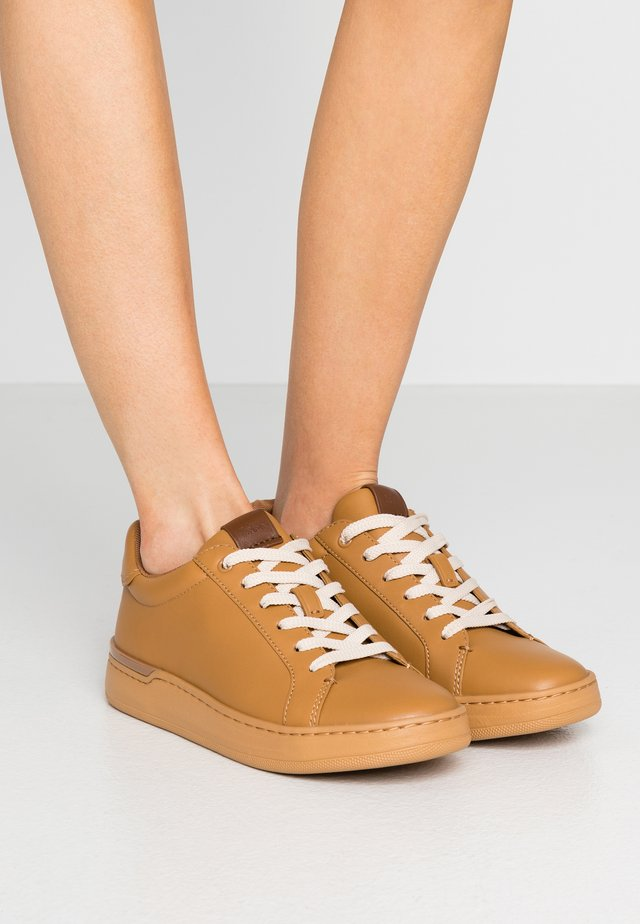 TOP - Trainers - light toffee