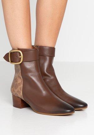 CASSANDRA BUCKLE BOOTIE - Støvletter - dark saddle/tan