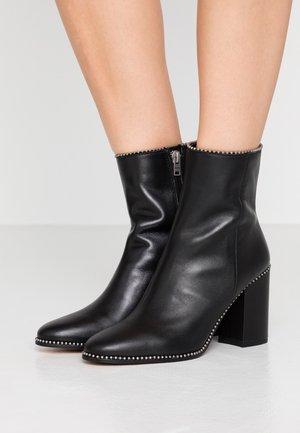 BEADCHAIN HEELED BOOTIE - Højhælede støvletter - black