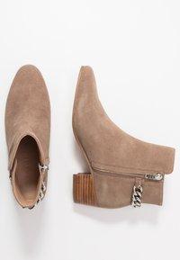 Coach - EXCLUSIVE CARISSA CHAIN BOOTIE - Kotníkové boty - mushroom - 3