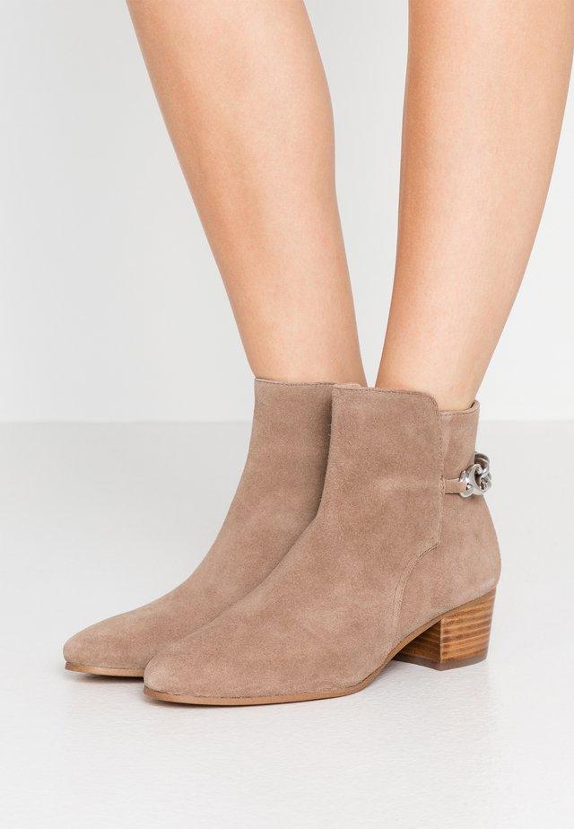 EXCLUSIVE CARISSA CHAIN BOOTIE - Kotníkové boty - mushroom