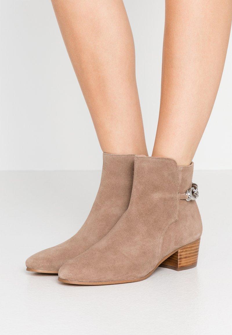 Coach - EXCLUSIVE CARISSA CHAIN BOOTIE - Kotníkové boty - mushroom