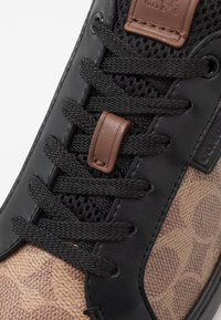 Coach - SIGNATURE TENNIS CUP SOLE - Sneakersy niskie - khaki/black - 5
