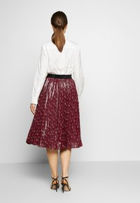 Coach - LUNAR NEW YEAR HORSE AND CARRIAGE PLEATED SKIRT - A-Linien-Rock - red - 2