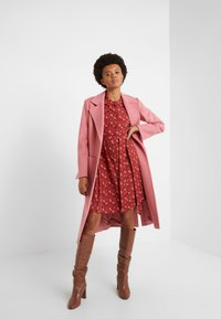 Coach - HORSE AND CARRIAGE SHIRT DRESS - Robe chemise - red - 1