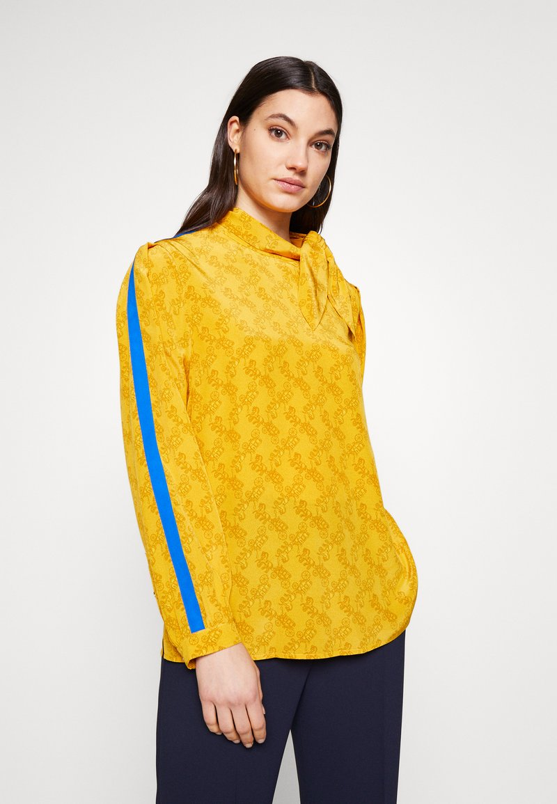 Coach - HORSE AND CARRIAGE TIE NECK BLOUSE - Pusero - ochre
