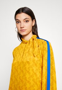 Coach - HORSE AND CARRIAGE TIE NECK BLOUSE - Pusero - ochre - 2