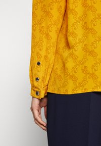 Coach - HORSE AND CARRIAGE TIE NECK BLOUSE - Pusero - ochre - 6
