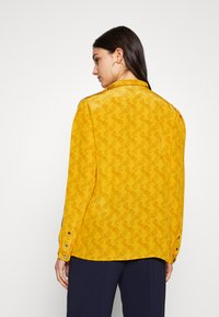 Coach - HORSE AND CARRIAGE TIE NECK BLOUSE - Pusero - ochre - 3