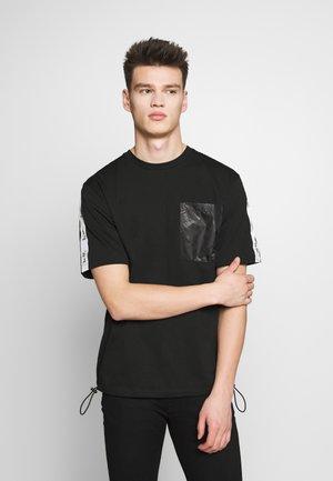 HORSE AND CARRIAGE POCKET  - T-shirt imprimé - black