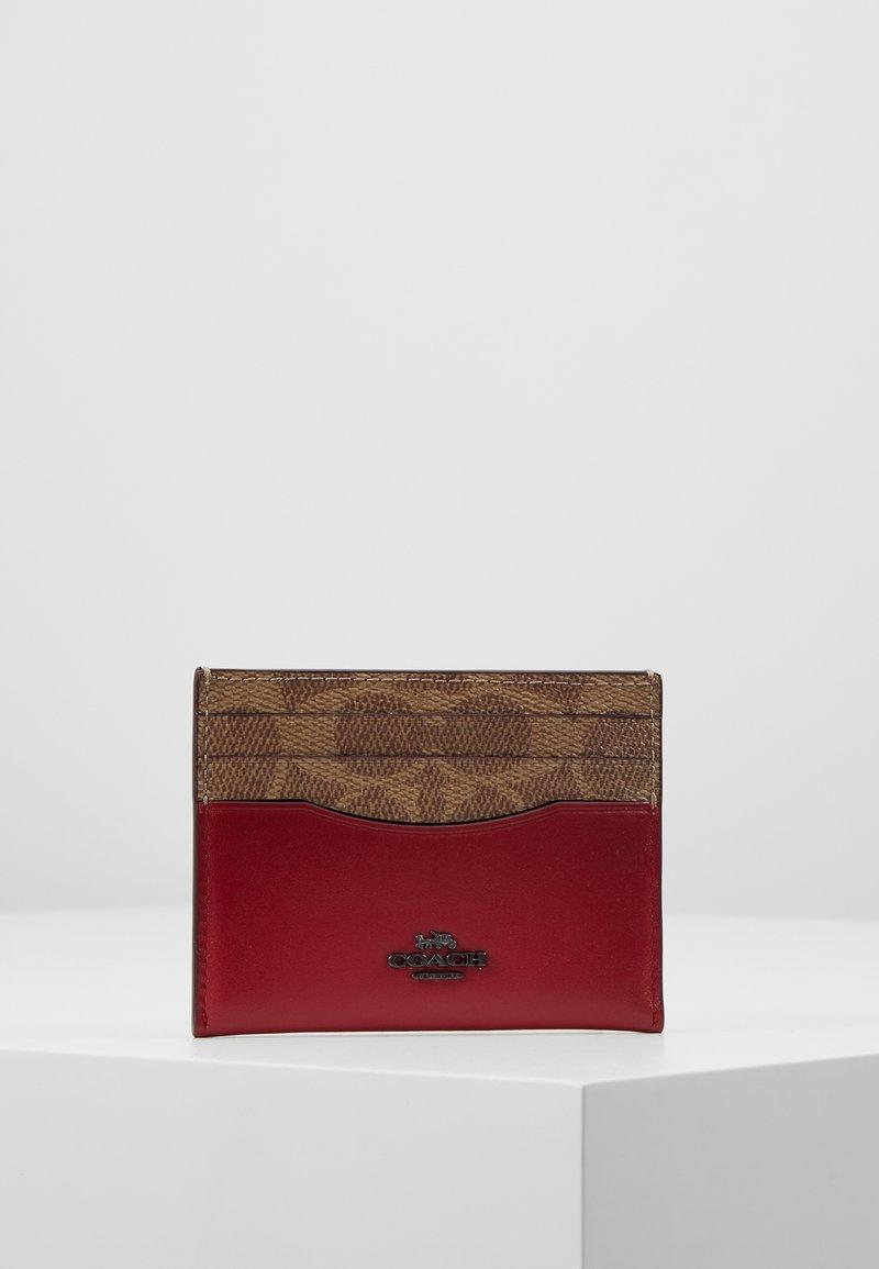 Coach - COLORBLOCK COATED SIGNATURE TRIM FLAT CARD CASE - Pouzdro na vizitky - tan/red apple