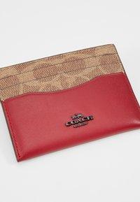 Coach - COLORBLOCK COATED SIGNATURE TRIM FLAT CARD CASE - Pouzdro na vizitky - tan/red apple - 2