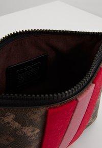 Coach - HORSE AND CARRIAGE VARSITY STRIPE CHARLIE POUCH - Kosmetická taška - brown black - 5