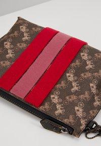 Coach - HORSE AND CARRIAGE VARSITY STRIPE CHARLIE POUCH - Kosmetická taška - brown black - 2