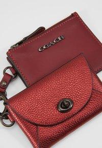 Coach - METALLIC CARD CASE - Peněženka - metallic clay - 2