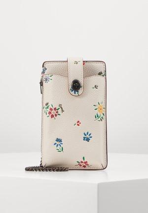WILDFLOWER PRINT TURNLOCK CHAIN PHONE CROSSBODY - Obal na telefon - chalk