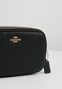 Coach - POLISHED PEBBLE SADIE CROSSBODY  - Taška s příčným popruhem - black - 6