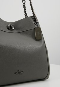 Coach - POLISHED TURNLOCK EDIE  - Håndveske - heather grey - 6