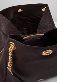 Coach - POLISHED TURNLOCK EDIE  - Bolso de mano - oxblood - 4