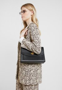 Coach - PARKER SHOULDER BAG - Torebka - ol/black - 1