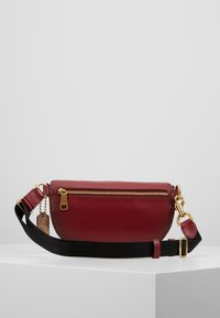 Coach - COATED SIGNATURE FANNY PACK - Ledvinka - tan/deep red - 2
