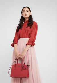 Coach - EXCLUSIVE POLISHED CHARLIE CARRYALL - Handtas - red apple - 1