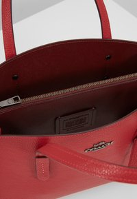 Coach - EXCLUSIVE POLISHED CHARLIE CARRYALL - Handtas - red apple - 4