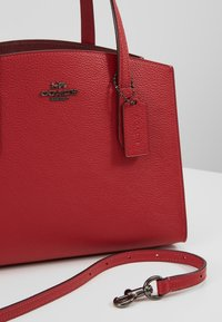 Coach - EXCLUSIVE POLISHED CHARLIE CARRYALL - Handtas - red apple - 6