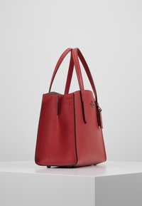 Coach - EXCLUSIVE POLISHED CHARLIE CARRYALL - Handtas - red apple - 3