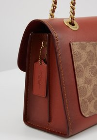 Coach - COLORBLOCK SIGNATURE PARKER SHOULDER - Borsa a mano - rust - 5
