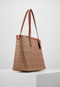 Coach - SIGNATURE CENTRAL TOTE WITH ZIP - Håndveske - tan/rust - 3