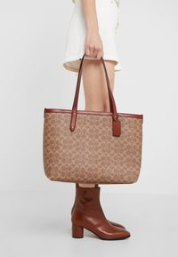 Coach - SIGNATURE CENTRAL TOTE WITH ZIP - Håndveske - tan/rust