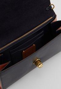 Coach - COLORBLOCK SIGNATURE MARLOW - Across body bag - tan/ink/light peach - 4