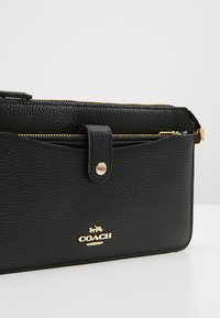 Coach - POLISHED PEBBLE POP UP MESSENGER - Psaníčko - black - 7