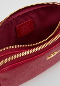 Coach - POLISHED PEBBLE LEATHER SADIE - Across body bag - bright cherry - 4