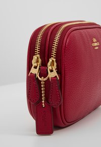 Coach - POLISHED PEBBLE LEATHER SADIE - Across body bag - bright cherry - 6
