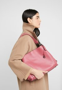 Coach - DALTON SHOULDER BAG - Bolso de mano - dusty pink - 1