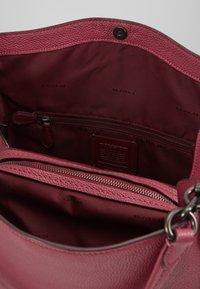 Coach - DALTON SHOULDER BAG - Bolso de mano - dusty pink - 4