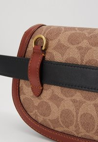 Coach - COLORBLOCK SIGNATURE SADDLE BELT BAG - Bum bag - tan/rust - 2