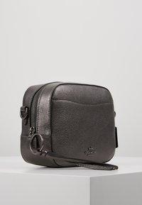Coach - CAMERA BAG - Taška spříčným popruhem - metallic graphite - 3